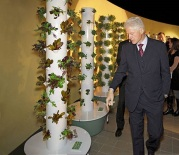 Bill Clinton checking out a new Tower Garden. Photo from http://futuregrowing.wordpress.com/